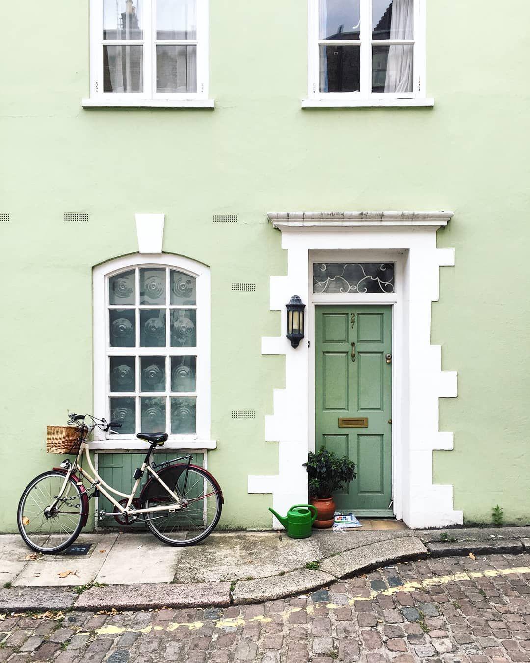 Who Else Is Seeing A Gorgeous French Facade Can T Believe This Is London Casas Color Verde Casas Pintadas Exterior Exteriores De Casas