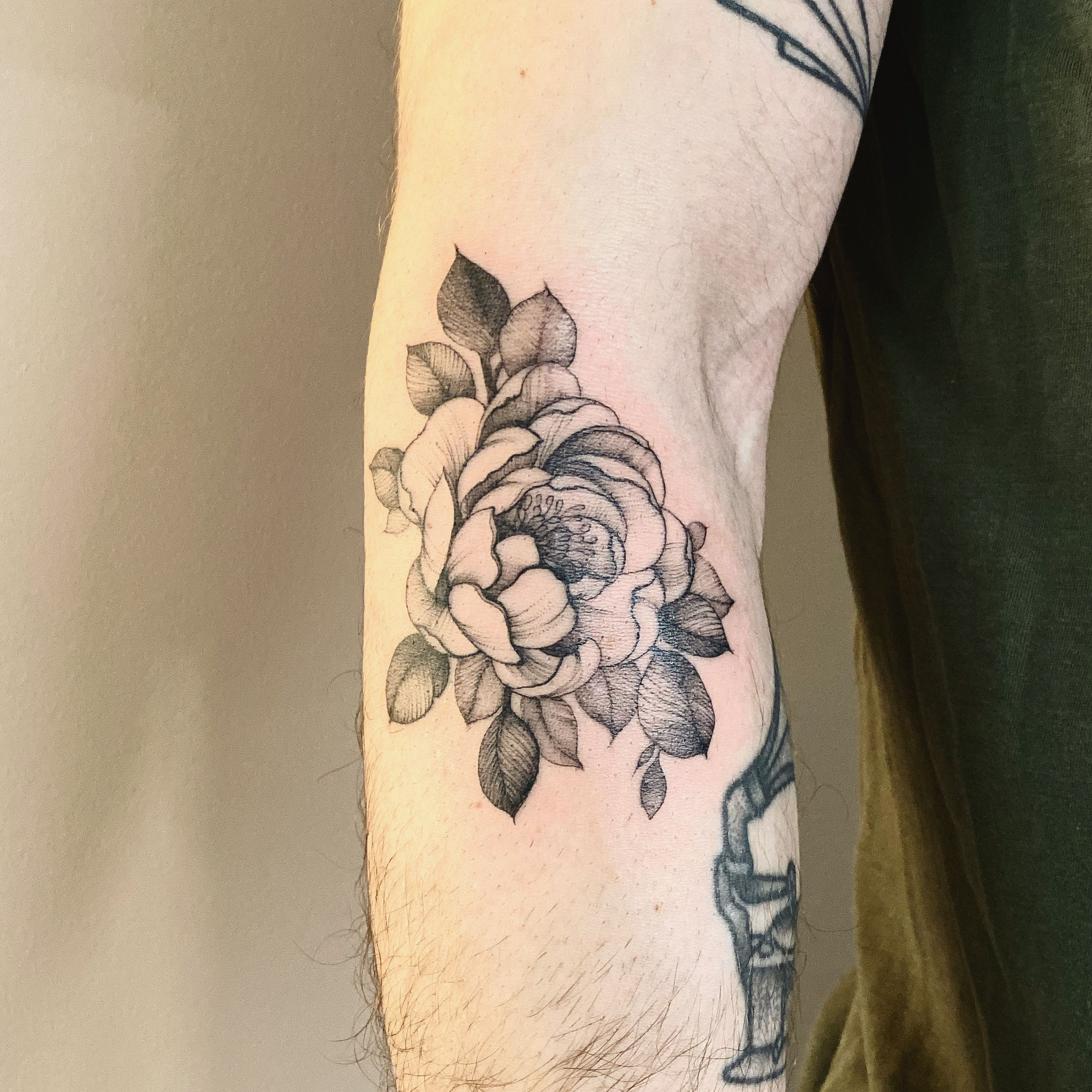 #peonytattoo done @physalistattoo 🌹 #tattoo #fineline #fineliner #tats #tattooparis #paris #ink #inked #instaink #inkedlife #instagram #tattoofloralparis #singleneedle #tattoofloral #paris #paristattoo #instatattoo #instainked  #tatouee #tatouage  #flowertattoo #carinsilvertattoo  #fleurtattoo  #tattoofloral