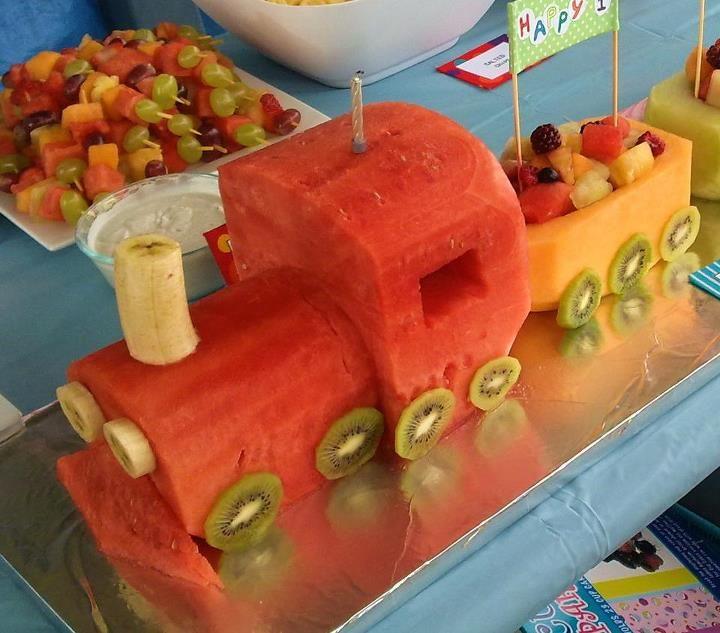 Tren cargado de divertidia fruta. // Train watermelon cake - love it ...
