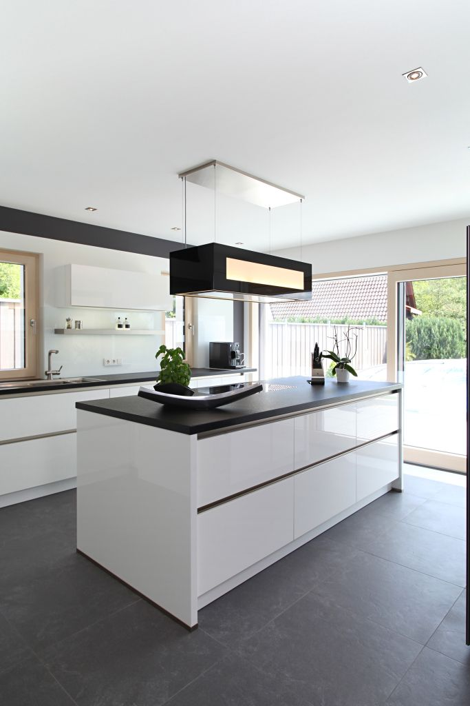 Moderne kücheninsel mit schwarzen fliesen · kitchen whitekitchen modernmodern kitchen designsdesign kitchenkitchen ideascolor