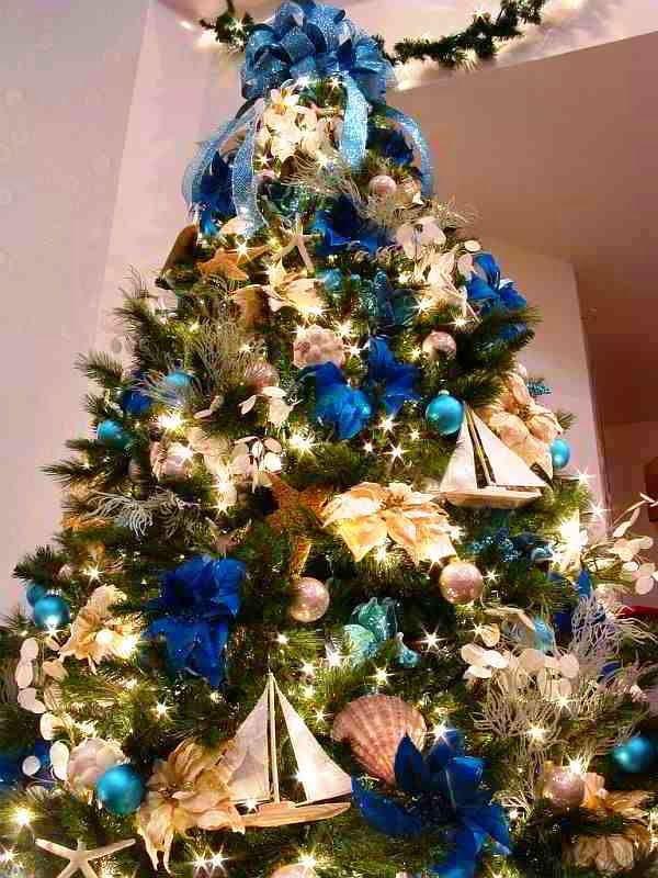 Arvore De Natal Com Enfeites Em Azul E Dourado Com Motivos Do Mar