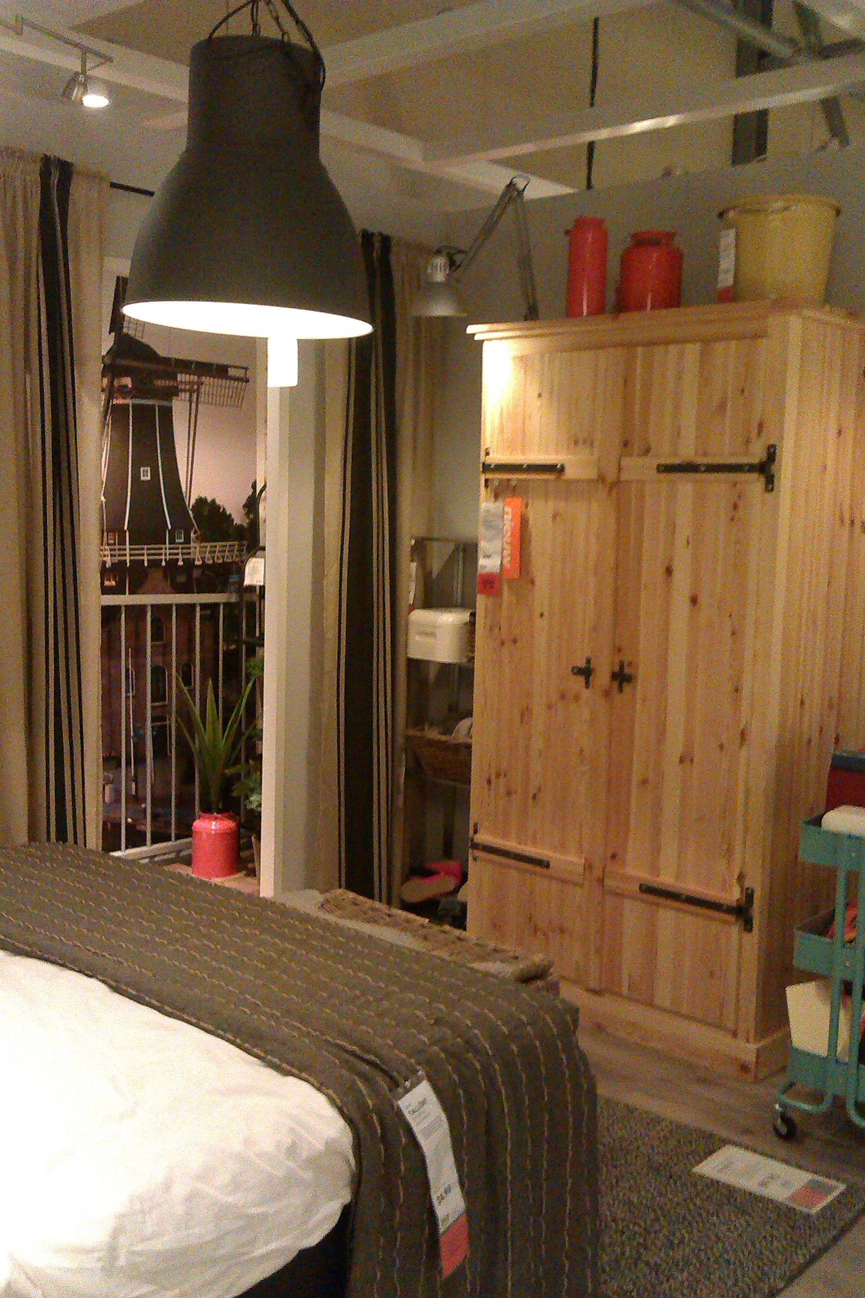 Ikea - Industriele slaapkamer, gave lamp en leuk het nepuitzicht met ...