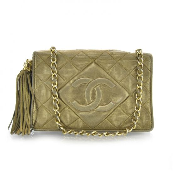 2745bab81a7 This is an authentic CHANEL Vintage Lambskin Tassel Flap Bag Metallic. This  stylish shoulder bag is crafted of luxurious diamond quilted lambskin  leather ...