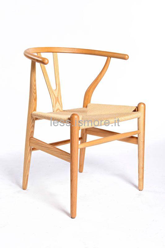 Hans Jørgen Wegner (1914 – 2007) è stato un designer di origine danese. Fu tra i rappresentanti di spicco dell'organicismo. La sua vasta produzione vanta di più di 500 modelli di sedie. Tra quelle di maggiore rilievo a livello internazionale, ricordiamo la poltrona imbottita Ox Chair e la Wishbone (detta anche sedia a Y).