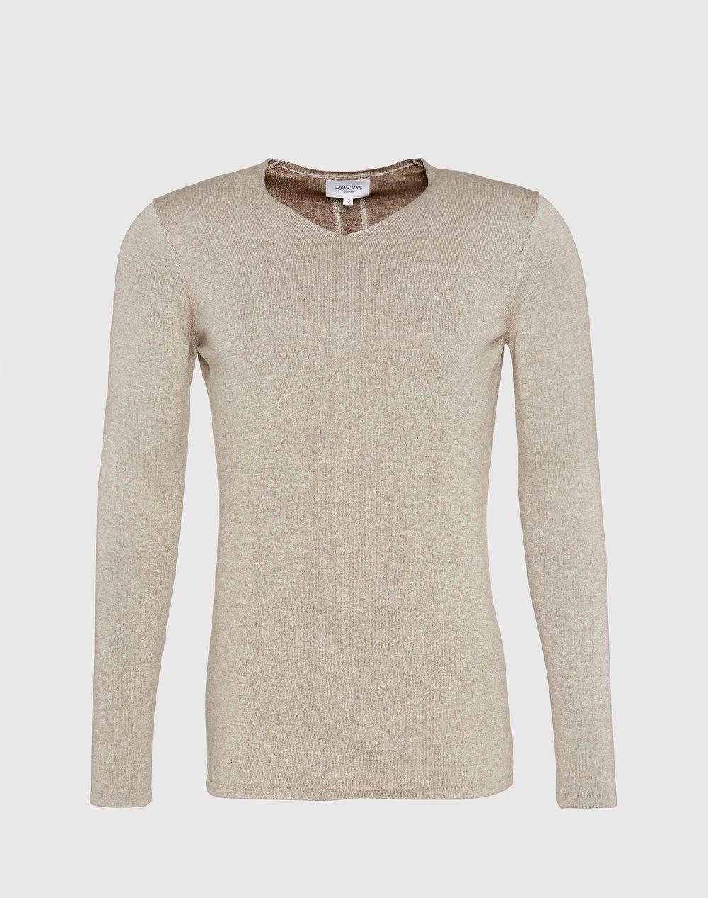 Vom Label Nowadays kommt mit diesem Pullover ein Basic, das sich sehen lassen kann. Das zeitlose Design überzeugt auf ganzer Linie und dank des weich gestrickten Materials setzt der Pullover auch in Sachen Tragekomfort hohe Standards.