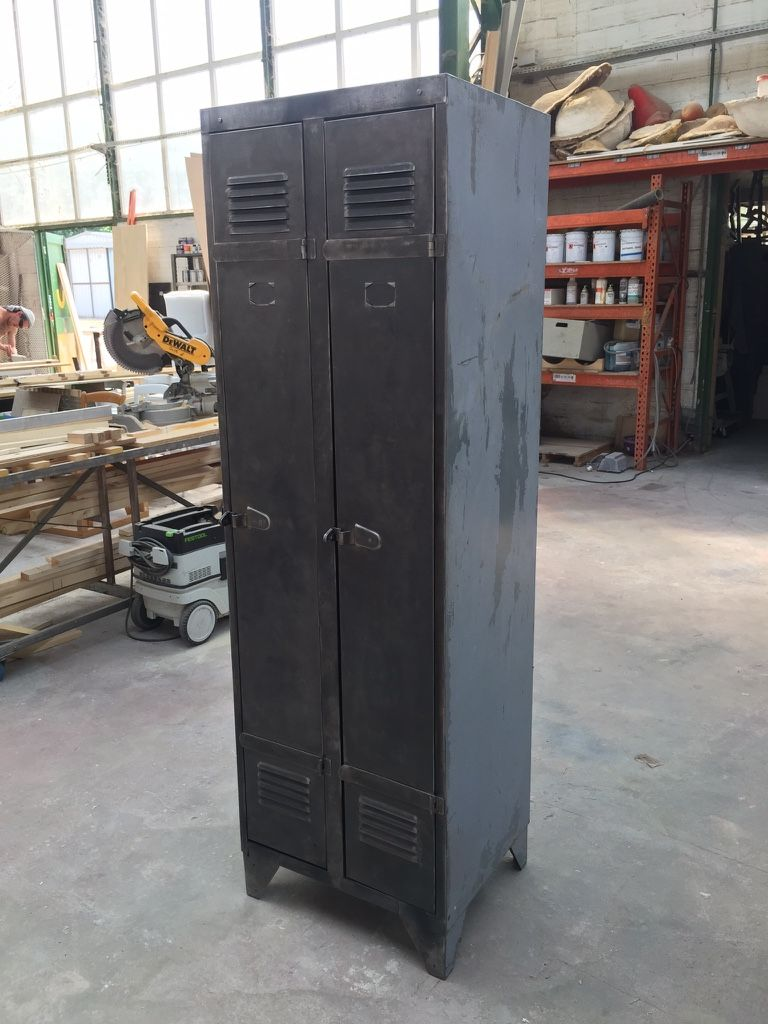 Un Buffet Industriel Avec Un Vestiaire 2 Portes Id Es D Co  # Meuble Tv Casier Metallique