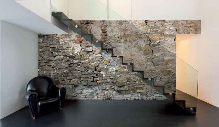 Parete Scala Interna : Pavimento nero opaco e poltrona in pelle in stile vintage scala