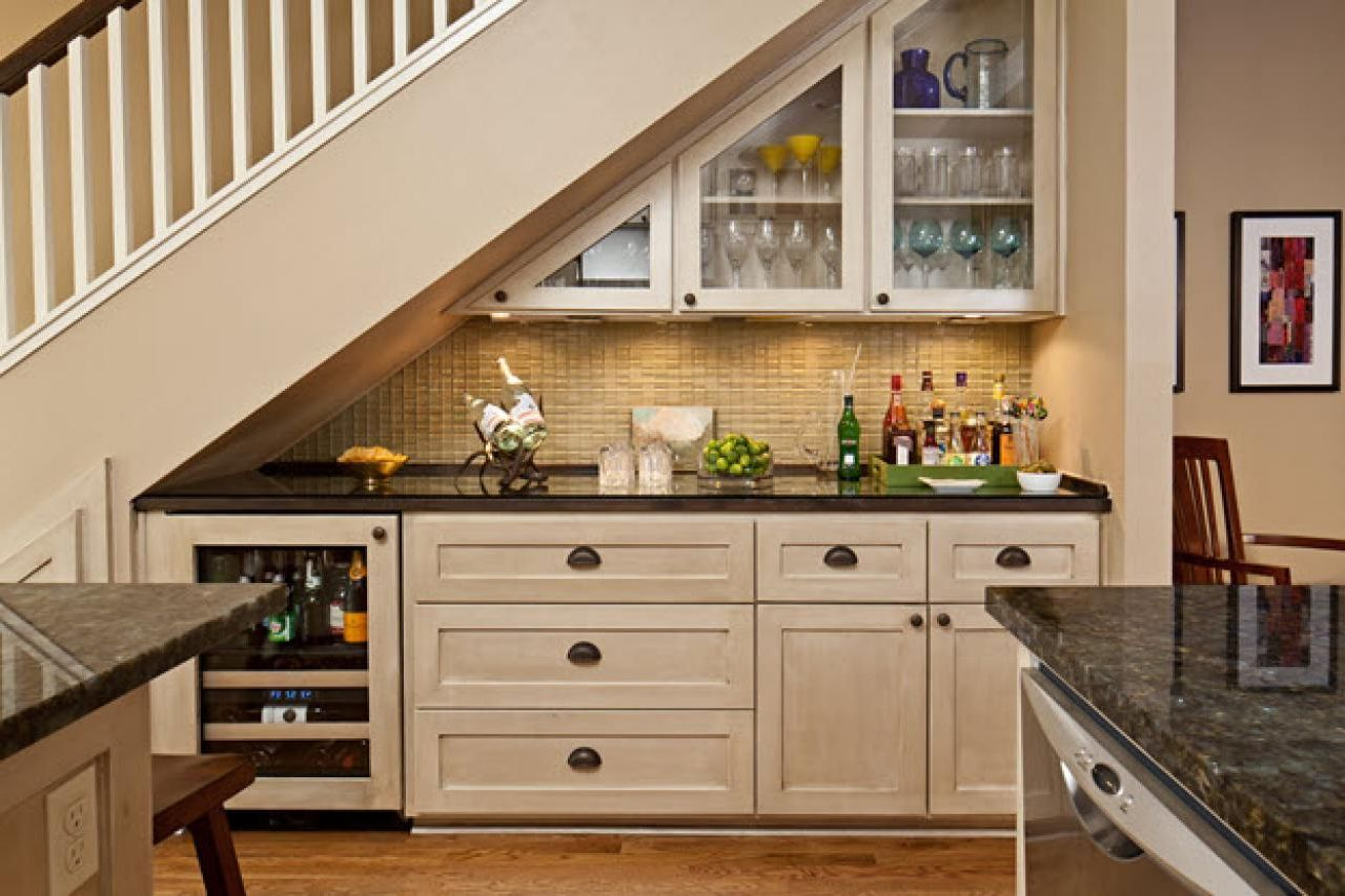 Awesome mini home bar under stairs for chic space to have a drink