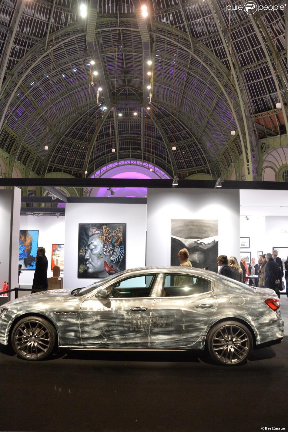 """Karl Lagasse customise une Maserati pour l'exposition """"Art Paris Art Fair"""" au Grand Palais à Paris, le 26 mars 2014."""