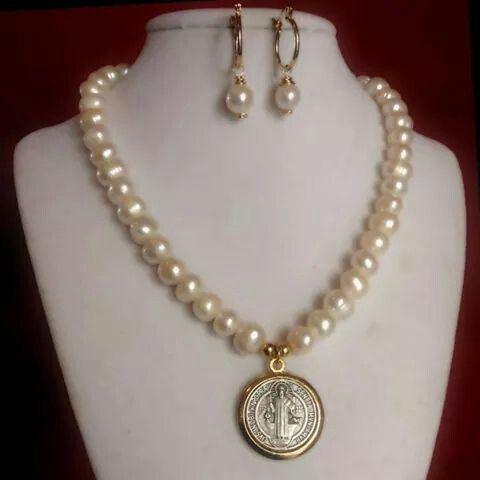 e1ecad1e7d7f Juego de Collar y aretes de perlas cultivadas. medalla san benito ...