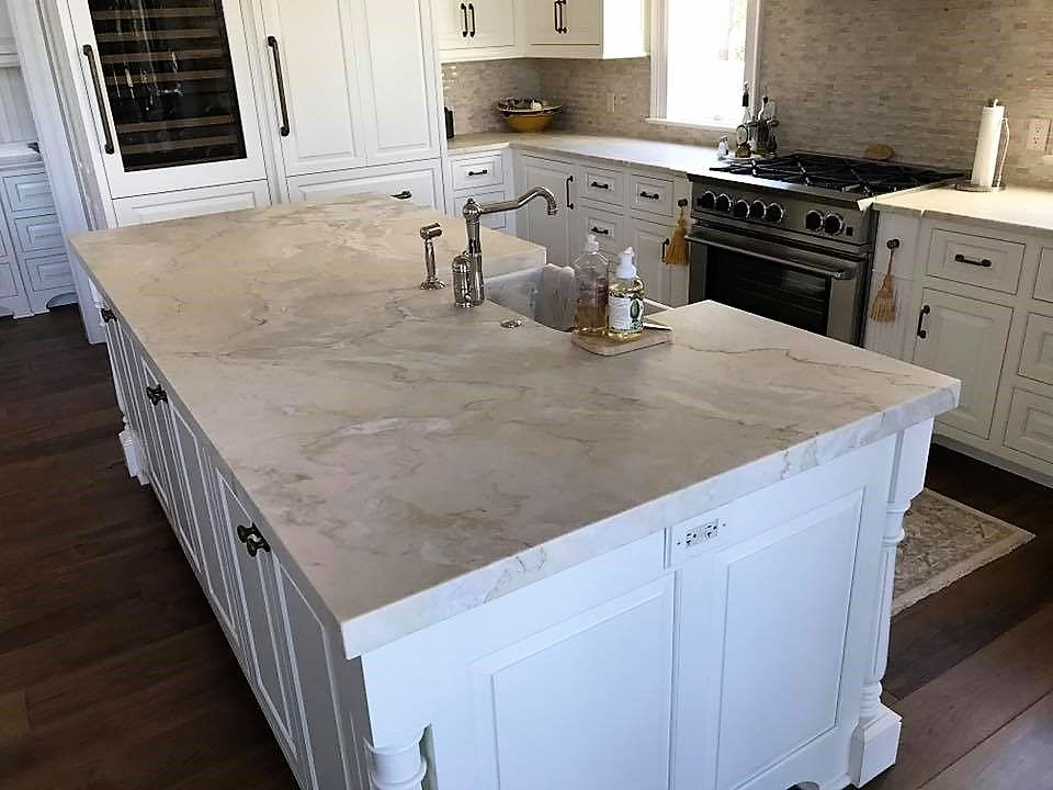 Love This Great Roomy Kitchen Island Covered In Distinctive
