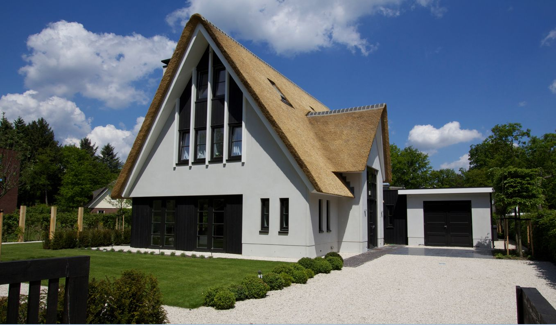 Moderne rietgedekte villa met schuin aangesneden kap aan de voorzijde ugchelen apeldoorn 01 for Modern huis binnenhuisarchitectuur villas