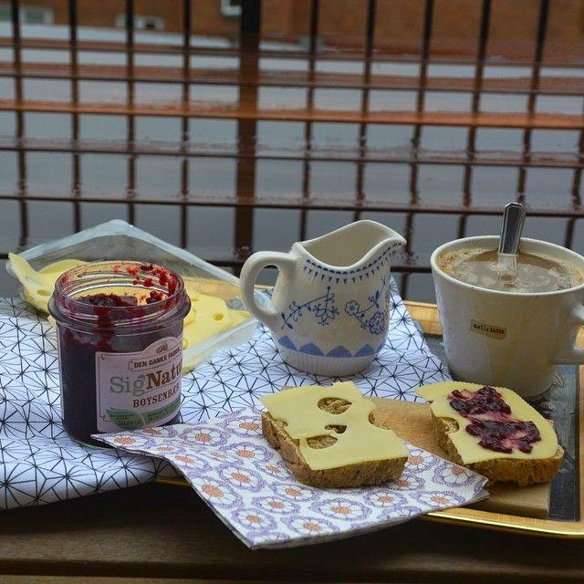 Fantastisk med lidt regn, så kan jeg holde ud at være i min egen krop igen! ☺️ .. Jeg nyder mit ret vellykkede hjemmebagte brød til morgenmad, og snart står den på arbejde efter en fantastisk friweekend ❤️ #fitfamdk#healthy#sundhed#summer#fitbd#breakfast #Padgram