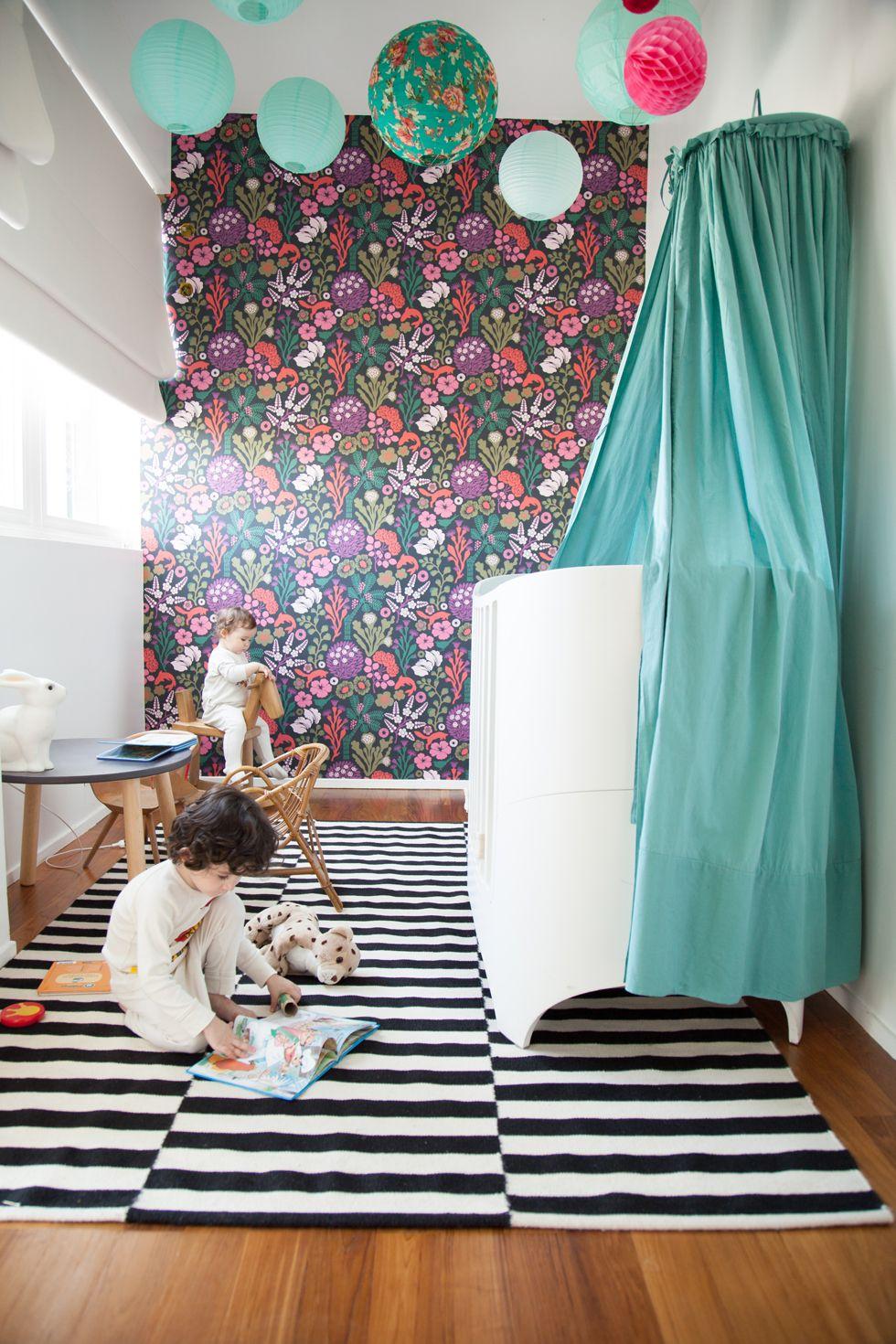 mise en situation du papier peint d 39 hanna werning dans une chambre d 39 enfant pintons le p lerin. Black Bedroom Furniture Sets. Home Design Ideas