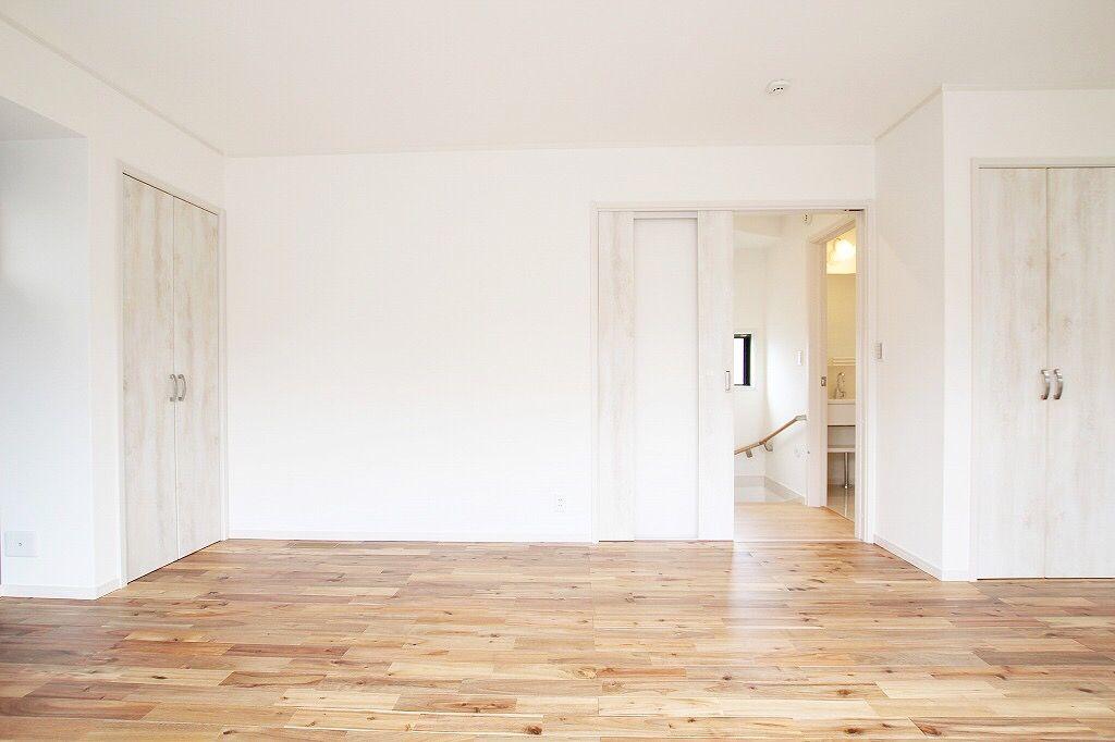 何もない部屋 無垢の自然な感じの落ち着いた色合いと木目が白い部屋で