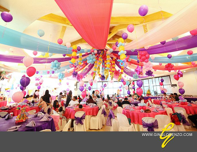 love this ceiling with balloons and streamers decoraci n