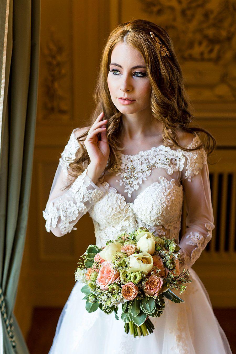 Ein traumhaft schönes Brautkleid trägt Christina oder? Dazu einen wirklich hübschen Brautstrauß. Foto: Christina & Eduard Wedding Photography