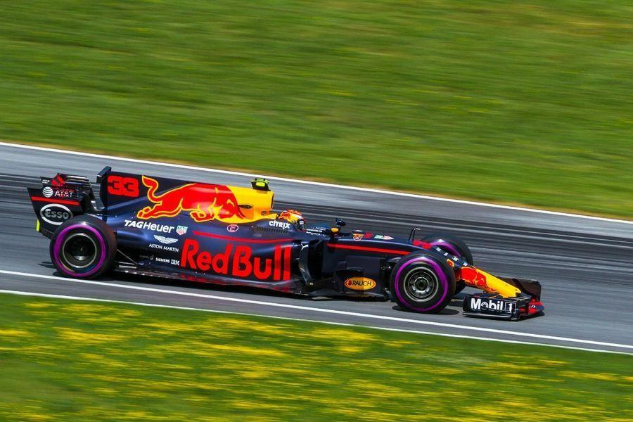 Fotobehang Formule 1.Kunstwerk Max Verstappen In Actie Tijdens De Grand Prix