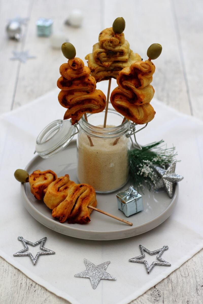 Mini sapin feuilleté pour un apéro de Noël express #patefeuilleteerapide Voici une dernière recette avant Noël, vraiment très facile et hyper rapide ou vous n'aurez besoin que très peu d'ingrédients: une pâte feuilletée et la tartinade de votre choix. Si jamais il vous manque une idée de recette apéritive pour votre réveillon... #patefeuilleteerapide