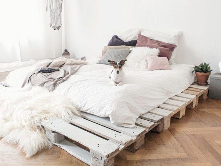 diy anleitung einfaches bett aus paletten selber bauen via einrichtung in 2018. Black Bedroom Furniture Sets. Home Design Ideas