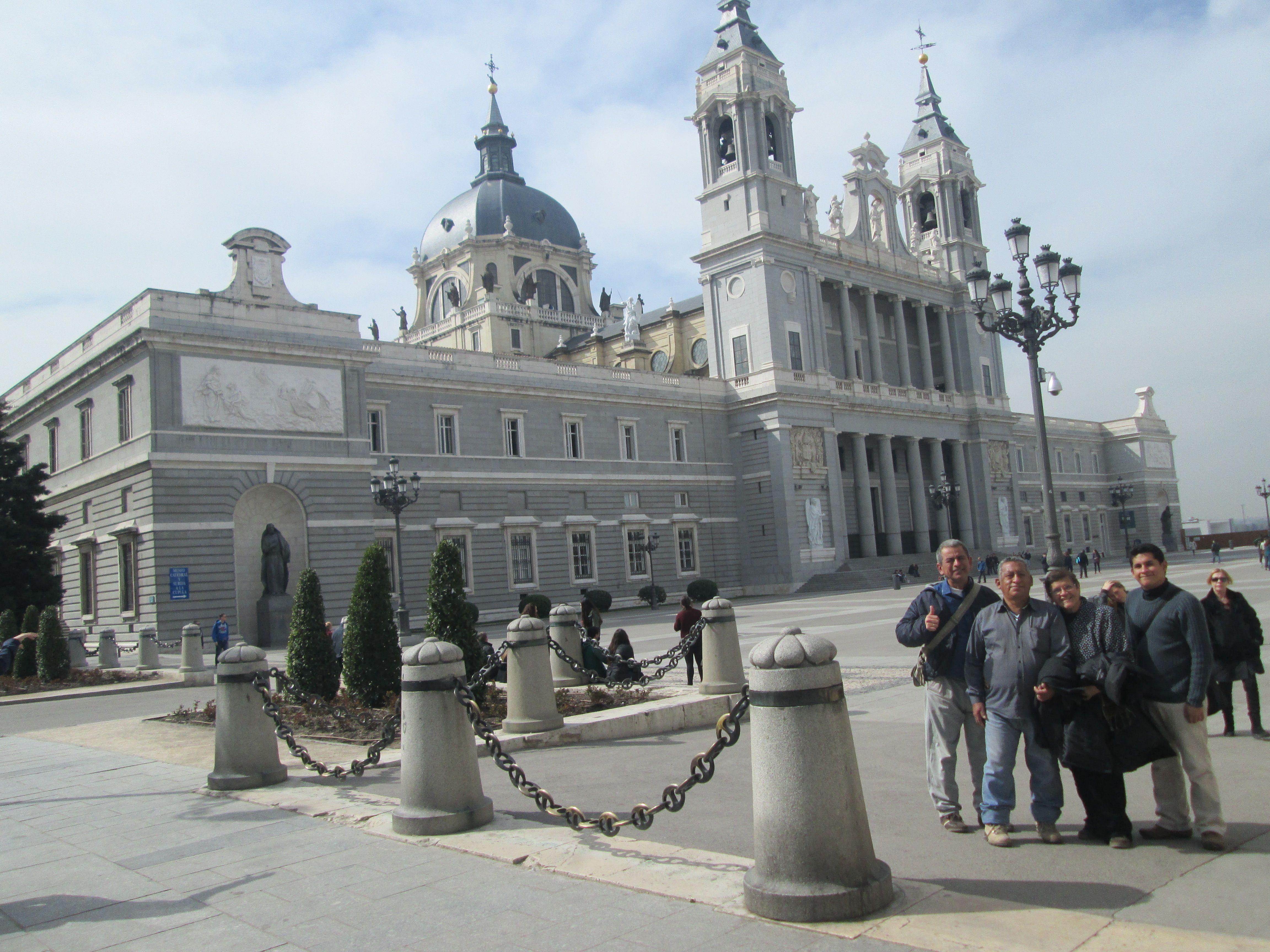 Frente a la Iglesia Almudena, Madrid.