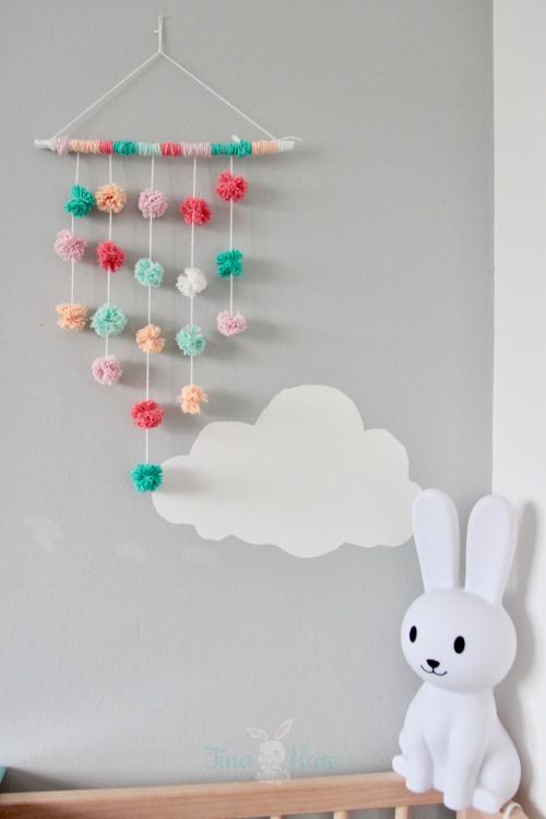 """Deko-DiY: Pompom-Mobile fürs Baby- & Kinderzimmer selber machen {inkl. Anleitung für """"Gabelpompoms""""}     Pompoms - selber machen - Dekoration -Babyzimmer - Kinderzimmer - Babyroom - Kidsroom - Decor #zimmer+deko"""