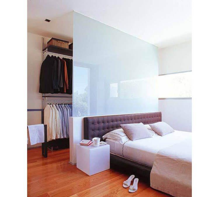 Esempio di cabina armadio in camera da letto con parete divisoria in vetro home decor nel 2019 - Cabina armadio in camera da letto piccola ...