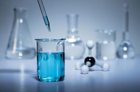 Make A Blue Liquid Turn Clear With This Chemistry Demonstration Chemistry Projects Physics And Mathematics Chemistry