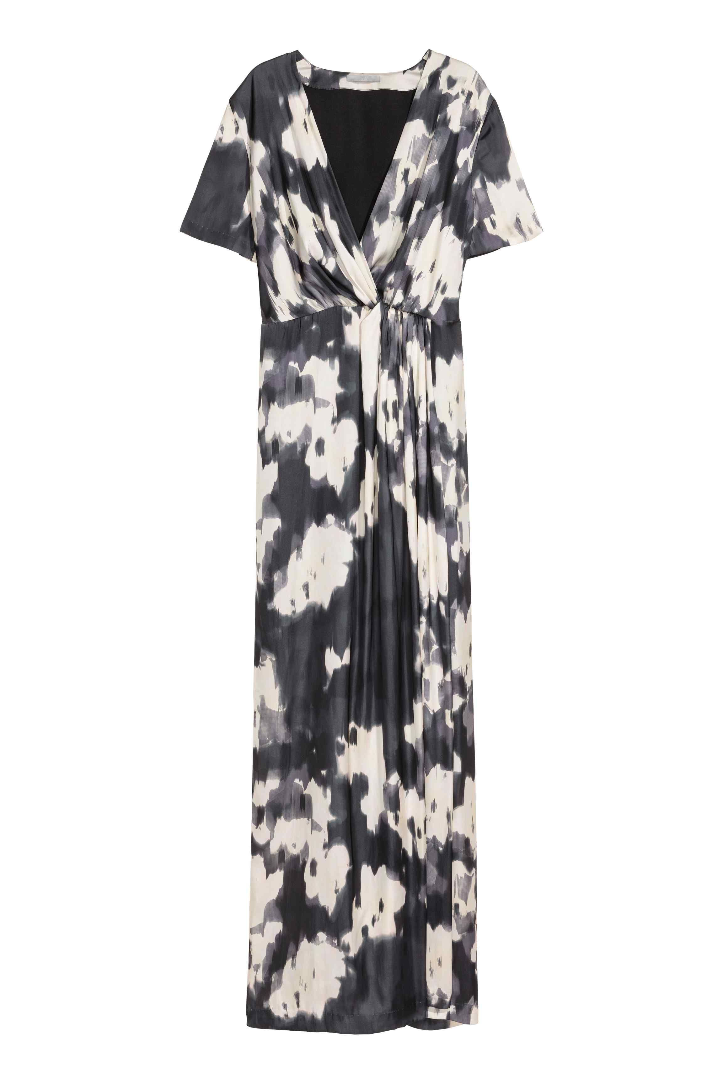 Long maxi satin black and white wrap dress wiht shoret sleeeves in