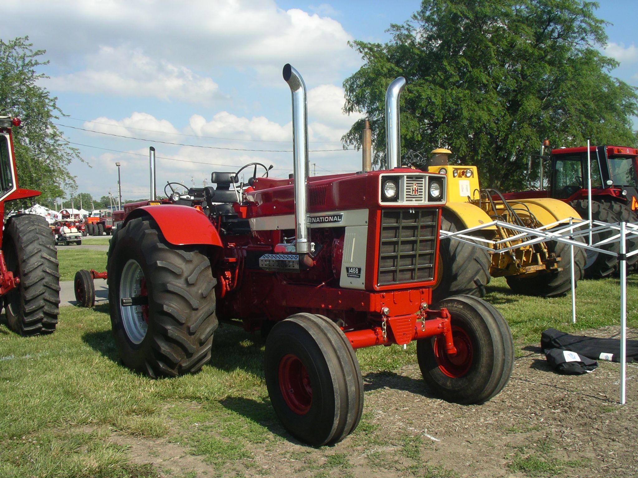 1086 Ih Plowing : Ih with optional wheatland fenders red power round