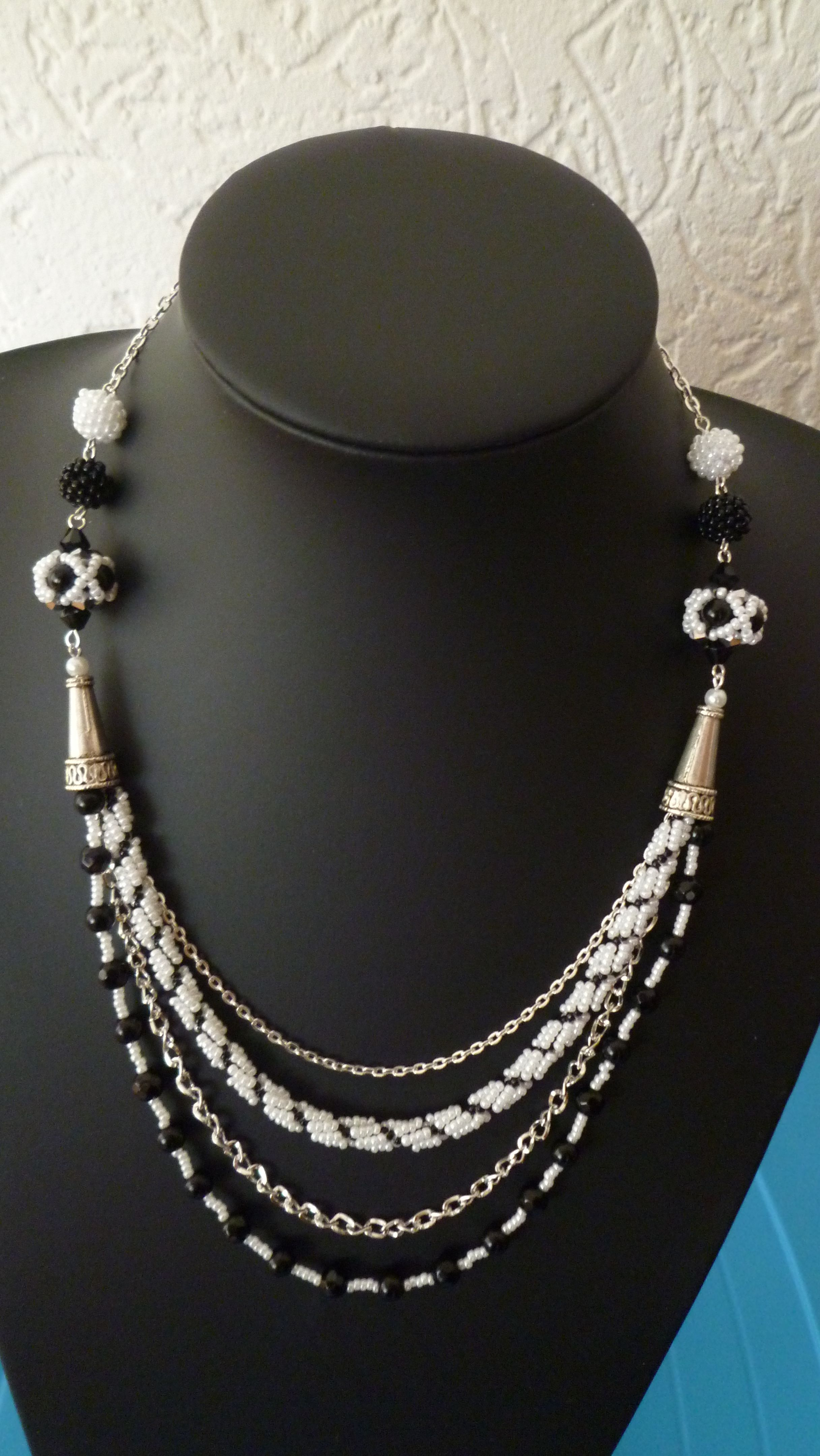 Mooie ketting in zwart wit in spiral rope stitch en zelfgemaakte beaded beads.