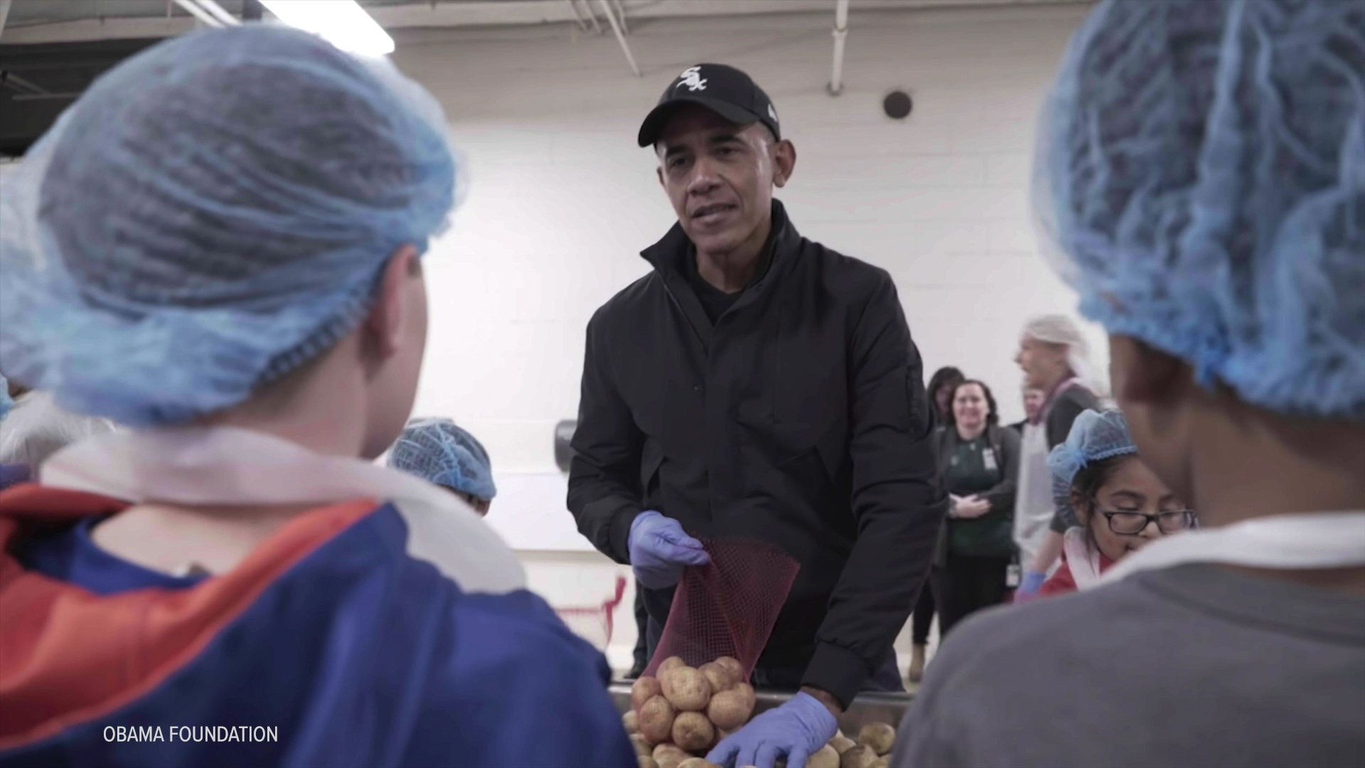 Barack Obama Helps Out Chicago Food Bank For Thanksgiving Huffpost Dengan Gambar