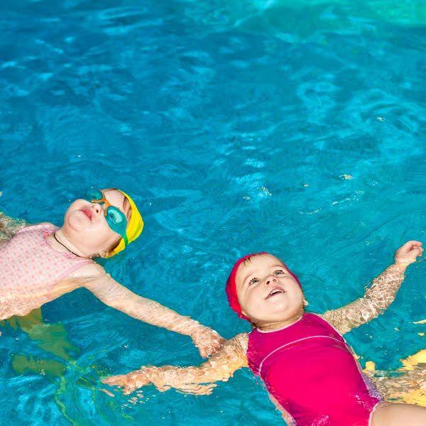 La experiencia de flotar es muy natural para un bebé y le