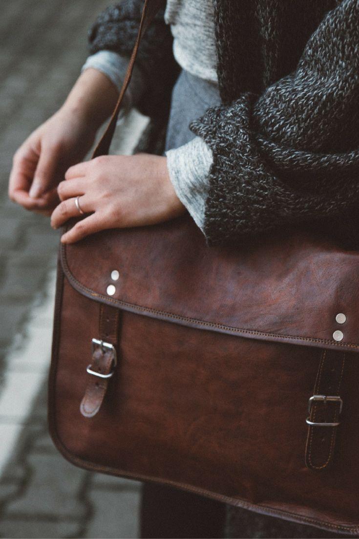 """Du brauchst eine stylische Arbeits- oder Unitasche, die Dir genau den Platz bietet, den Du brauchst? Dann ist """"John 11''"""" aus Ziegenleder die perfekte Tasche für Dich! Nicht zu groß und nicht zu klein bietet Dir dieses Umhängetasche genügend Stauraum für Deine Sachen. Sowohl das Notebook 13 Zoll als auch A4-Dokumente können im geräumigen Innenfach untergebracht werden. Gusti Leder - Umhängetasche Collegetasche Vintage"""