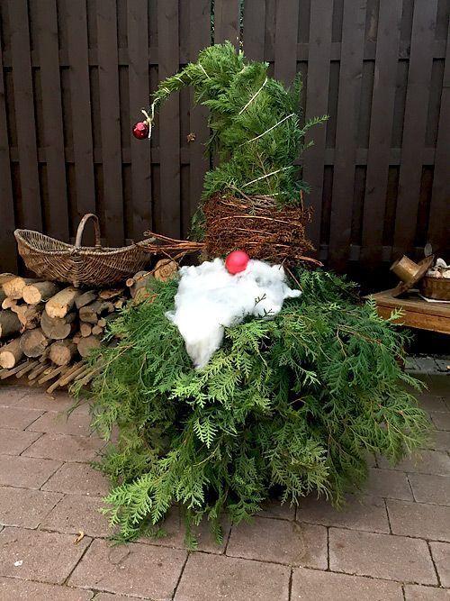 Weihnachtswichtel aus Lebensbaum-Zweigen - Basteln für Weihnachten - Weihnachtsdeko für den Garten. Der Wichtel sieht auch vor der Haustüre lustig aus :-) #christmasgnomes
