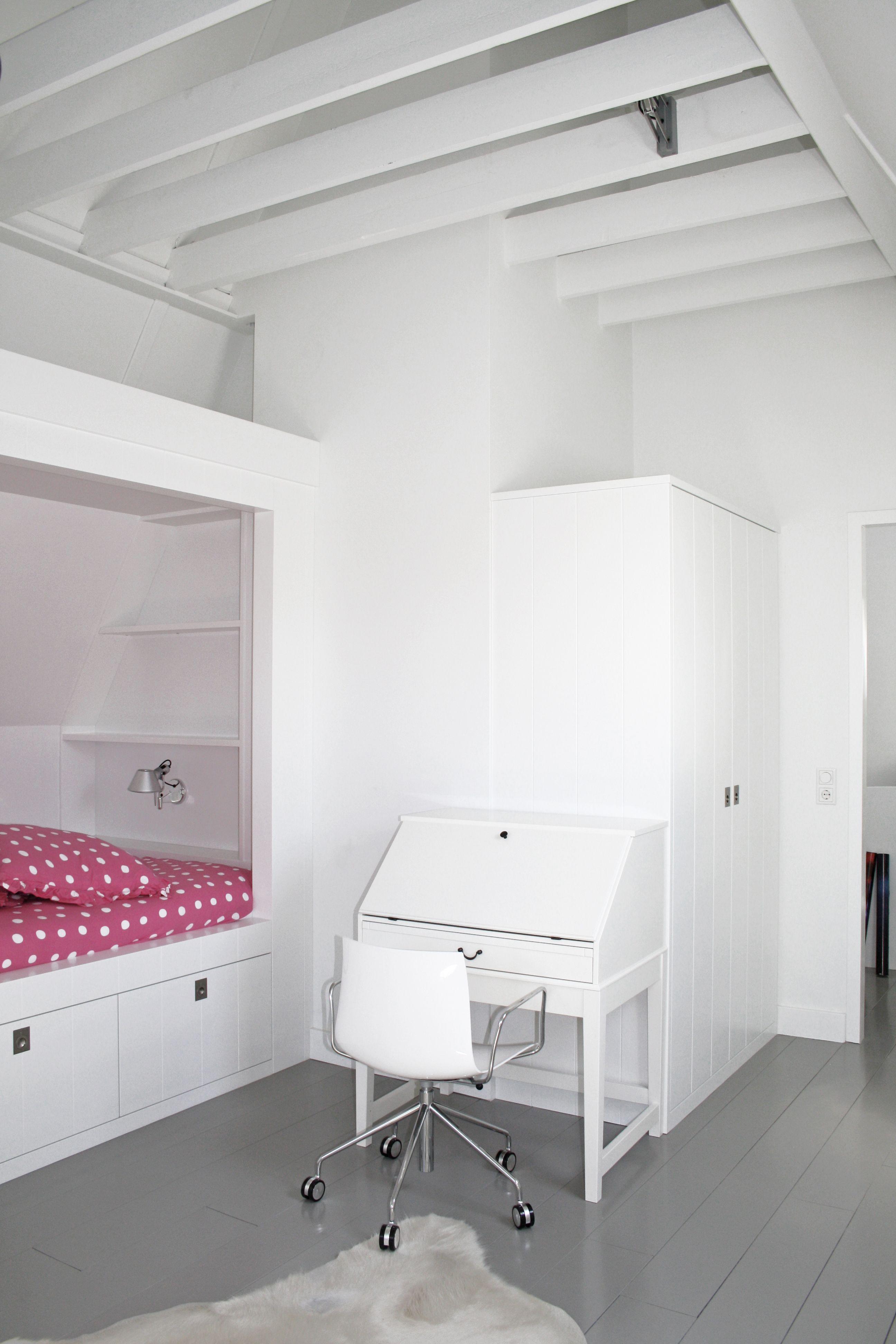Slaapkamer bed onder schuin dak grijze houten vloer for Slaapkamer bed
