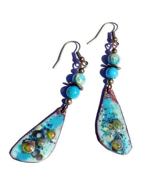 Boucles d'oreilles aux pendentifs émaillés turquoise, bleu nacré et jaune d'or
