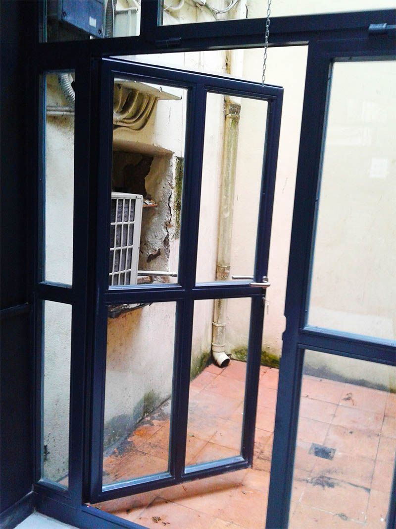 Cerramiento en acero galvanizado con puerta de acceso a for Puertas para patio interior