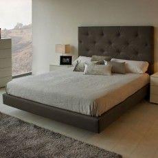 Dormitorio Moderno Con Cabezal Tapizado A Juego Con El Aro Cama Y Mesita De Tres Cajones Dormitorios Dormitorios Recamaras Dormitorios Modernos