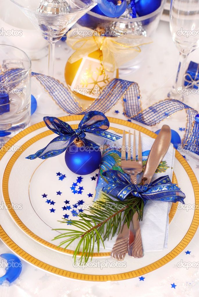 Christmas Table Settings In White And Blue Christmas Table Christmas Table Settings Christmas Tablescapes