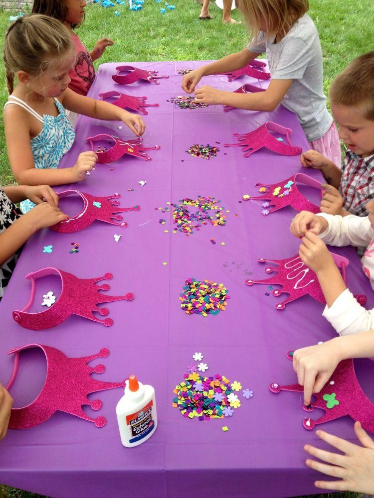 Kronen mit Pailletten verzieren für eine Prinzessinnen-Party ...