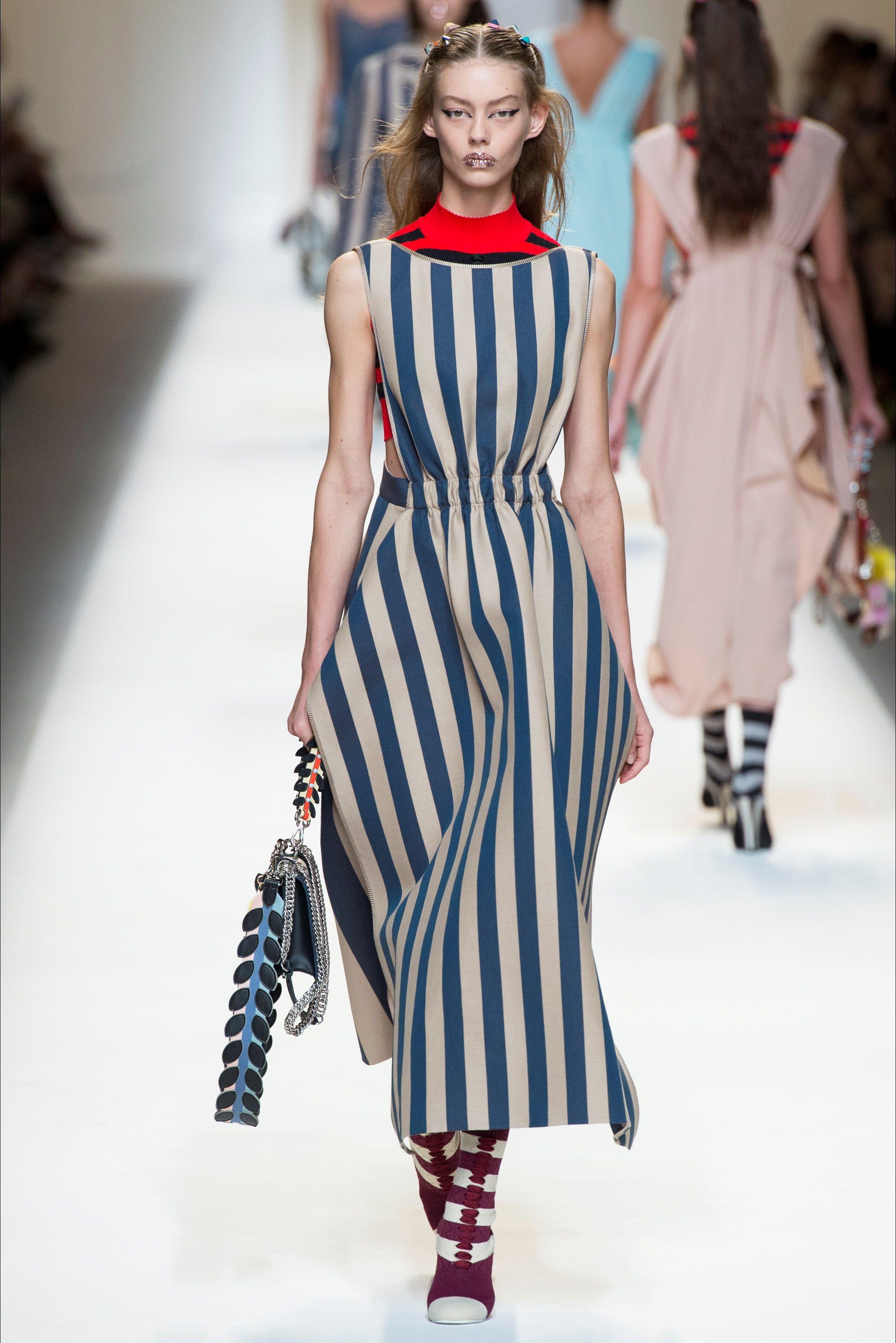 22ec99c443d5 Guarda la sfilata di moda Fendi a Milano e scopri la collezione di abiti e  accessori per la stagione Collezioni Primavera Estate 2017.