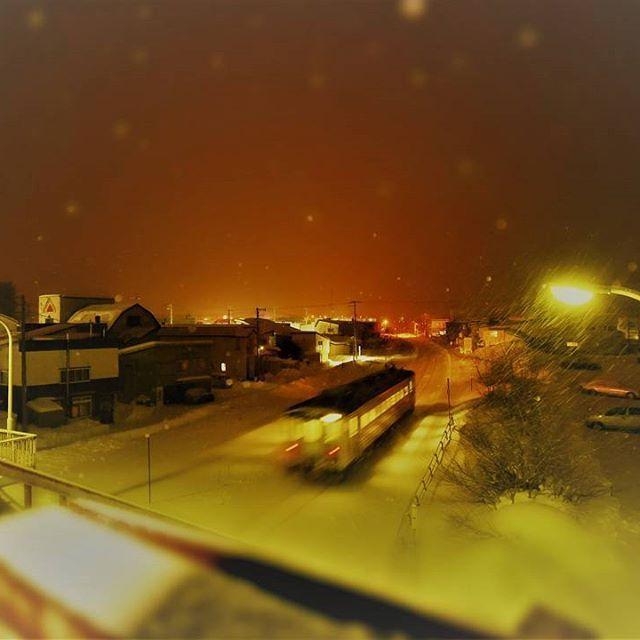 Instagram【k_take349】さんの写真をピンしています。 《寂しい1両列車…。 #ローカルトレイン #雪 #線路 #街灯 #歩道橋 #家 #まち #夜景 #ローカル #ミニチュアモード #遠軽 #石北本線 #北海道 #train #trainroad #landscape #nightview #snowy #snow #ig_train #instagood #instatrain #ig_hokkaido  #hokkaidolikers #HOKKAIDO #japan》
