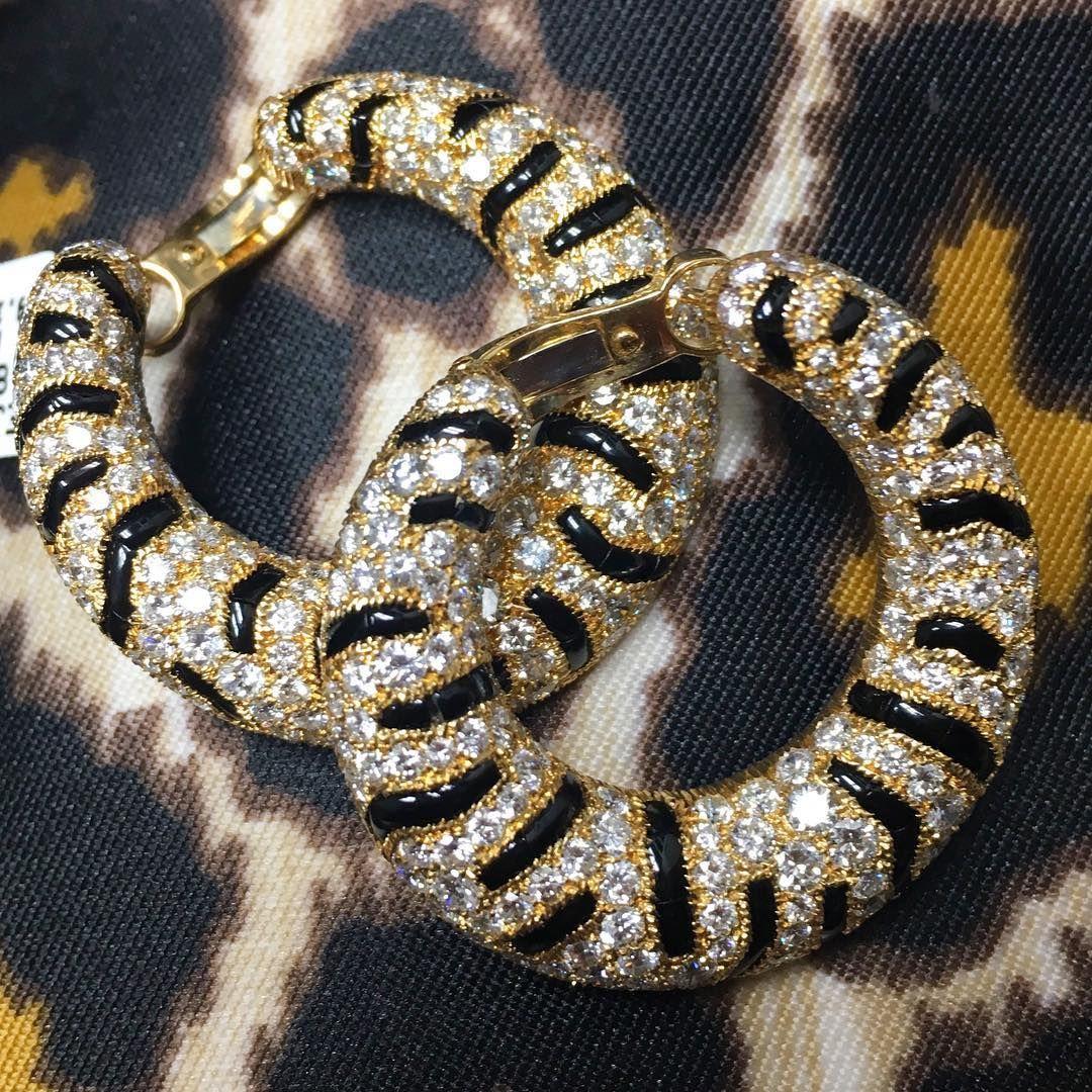 Cartier does animal prints best! ✨ @betteridge1897 #cartier #tigerhoops #cartiercats
