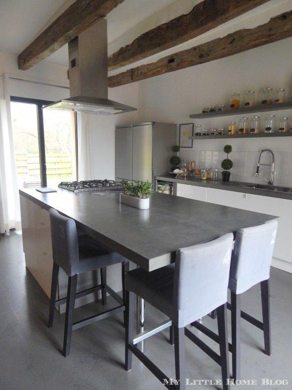 cuisine moderne maison ancienne poutres apparentes ilot central avec espace repas