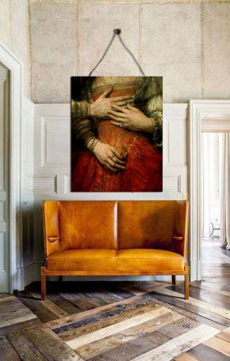 Burnt orange high back sofa with red and copper tones in artwork #pin_it #decoração #decor #furniture @mundodascasas www.mundodascasas.com.br