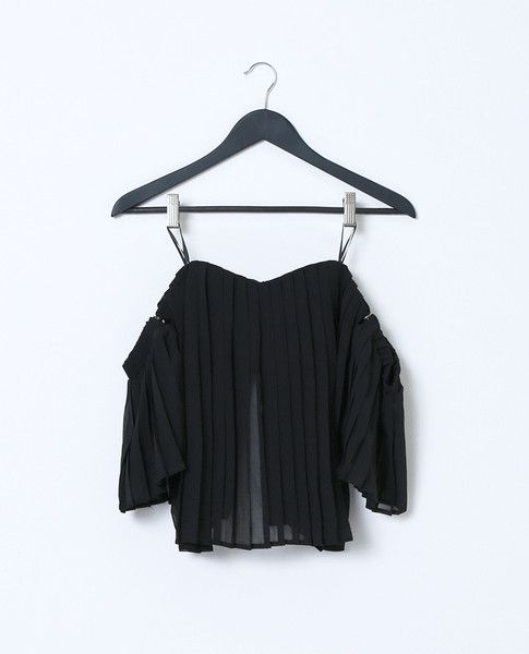 +Non-stretchy accordion pleated strapless crop top features hidden snaps detachable sleeves
