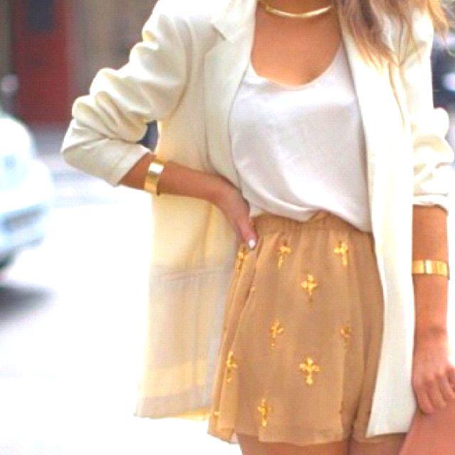 Minifalda de cruces con blusa blanca adentro y de abrigo un blazer. Accesorios en dorado porque hacen juego con las cruces.