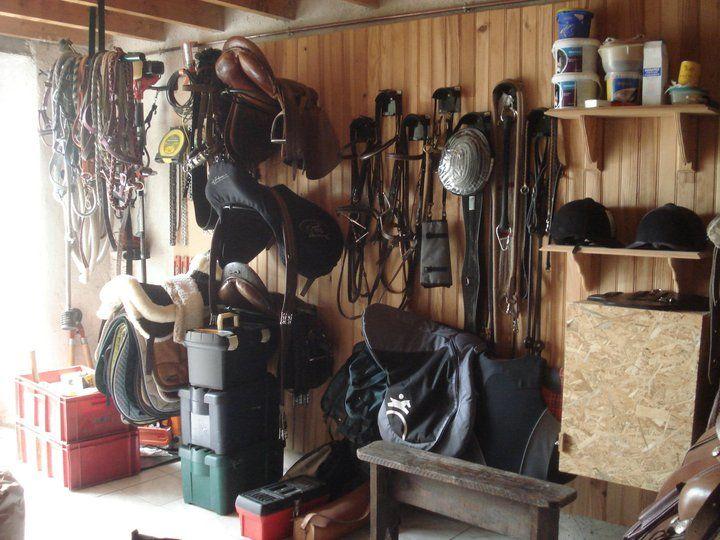 le rangement de cette sellerie pour cinq chevaux. Black Bedroom Furniture Sets. Home Design Ideas