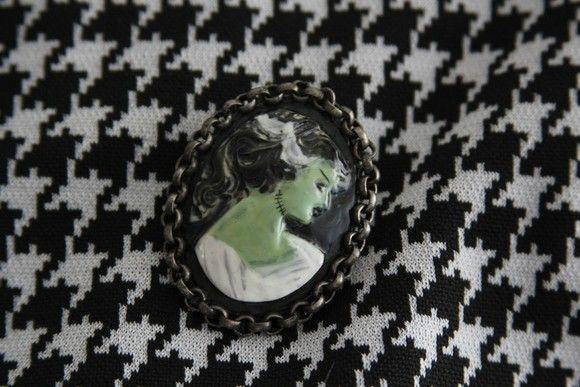 Broche camafeu Noiva de Frankenstein pintado a  mão. R$35,00